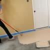 La limpieza de un piso de la cochera