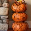 Topiary de calabaza de Halloween con arañas