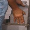 Cómo instalar bloques de capitalización y piedra prefabricado a una pared del patio