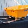 ¿Cómo construir un trineo de un par de esquís antiguos y una carretilla