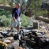 Cómo crear un estanque y corriente para una cascada al aire libre