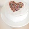 Cómo decorar un pastel con un corazón salpicado
