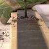 Cómo colgar un sistema de riel de la puerta del granero interior
