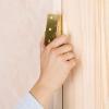 Cómo colgar una puerta interior en una jamba existente