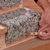 Cómo instalar un corredor de la alfombra en las escaleras de madera