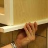 Cómo instalar un carril de la luz del gabinete de la cocina