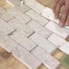 Cómo instalar un muro de piedra caliza y baldosas de vidrio