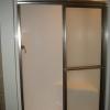 Cómo instalar una puerta de ducha en una ducha prefabricada