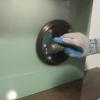 Cómo instalar una sólida pared posterior de vidrio