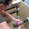 Cómo instalar un tocador y almacenamiento gabinetes