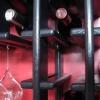 Cómo instalar un estante del vino montado en la pared