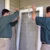 Cómo instalar una puerta de madera-core tormenta de aluminio