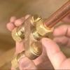 Cómo instalar una válvula anti-sudor