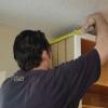 Cómo instalar molduras de corona en una cocina