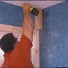 Cómo instalar el nuevo ajuste de pino en la habitación rústica