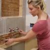 Cómo instalar baldosas de pizarra apiladas en un baño