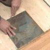 Cómo instalar pisos de vinilo que se parece a la pizarra