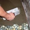 Cómo poner un suelo de gravilla de tejas