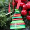 ¿Cómo hacer un adorno de Navidad árbol genealógico con los botones
