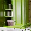 Cómo pintar gabinetes de la cocina con un acabado pulverizado en