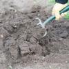 ¿Cómo se prepara el suelo para plantar un césped