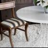 Cómo volver a cubrir una silla de comedor mediante una alfombra de tejido plano