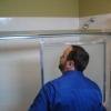 Cómo reemplazar una puerta de la ducha