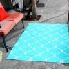 Cómo convertir un pedazo de tela de lona en una alfombra al aire libre