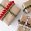 Cómo envolver un regalo usando cintas y recortar