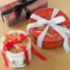 Cómo envolver regalos en latas de galletas de la vendimia