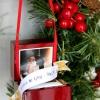 Encienda una caja de anillo de compromiso / de la boda en un ornamento de la Navidad