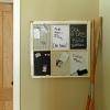 Encienda una vieja ventana de seis panel en un tablero de mensajes