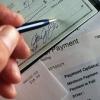¿Cómo ingreso medio por hogar se relacionan a la quiebra?