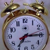 Dentro de un reloj despertador de cuerda