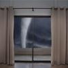 En caso de que abrir las ventanas durante un tornado?