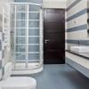 Limpieza de la puerta de la ducha: espuma de jabón y manchas de agua dura