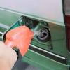 ¿Cuál es la conexión entre la relación de compresión y la economía de combustible?