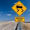 ¿Por qué hiele puentes antes que el resto de la carretera?