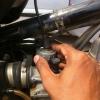 Cómo cambiar del cable del acelerador para una Royal Enfield STD 350