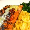 Cómo cocinar salmón salvaje con salsa de limón cremoso Estragón