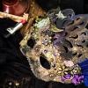 Cómo decorar una máscara de Halloween
