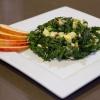 Cómo hacer una ensalada Dado masajes Kale con el aguacate y Apple