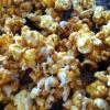 Cómo hacer Caramel Popcorn con blanco llovizna chocolate
