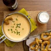 Cómo hacer queso cheddar y el suizo cerveza Dip