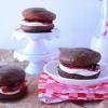Cómo hacer de la cereza del chocolate Whoopie Pies