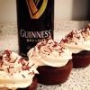 Cómo hacer chocolate Magdalenas Stout Guinness con la formación de hielo