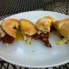 Cómo hacer Bagels la parrilla con tocino, huevo, queso