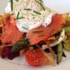 Cómo hacer Primavera Veggie Hash Ensalada con salmón ahumado