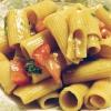 Cómo hacer Súper Fácil tomate y albahaca Ensalada de pasta (vegano)