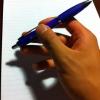 Cómo girar una pluma entre los dedos